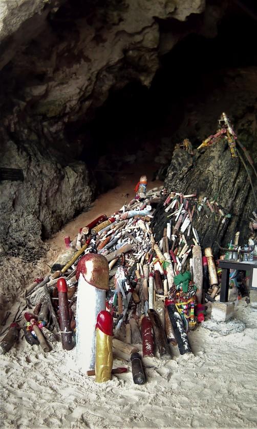 Grotten met houten piemels Phra Nang.jpg