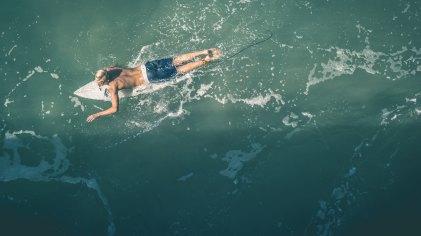 Peddelen op een surfplank